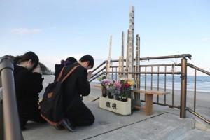 震災取材 津波被害者碑に祈りを捧げる